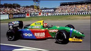 Qui est le constructeur de cette voiture de 1990 ?