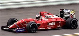 Qui est le constructeur de cette voiture de 1992 ?