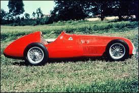 Qui est le constructeur de cette voiture de 1950 ?
