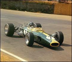 Qui est le constructeur de cette voiture de 1967 ?