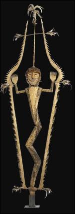 Haute de 380 cm, cette sculpture de bois, fibres végétales, plumes et écailles appartient à la société secrète :
