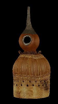 Utilisée comme récipient pour l'eau, cette gourde est composée de fruits, de cucurbitacées, de bambou et de métal. Elle provient :