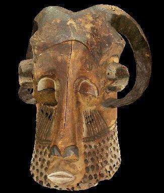 Ce masque du 19ème siècle représentant un visage humain coiffé d'une paire de cornes nous vient de la culture :