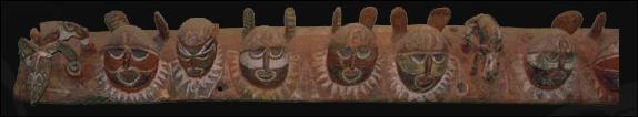 8. En bois, longue de 707 cm et datée du 20ème siècle, cette frise de fronton de maison des esprits (appelé 'Korombo' dans la langue des Abelam) est :