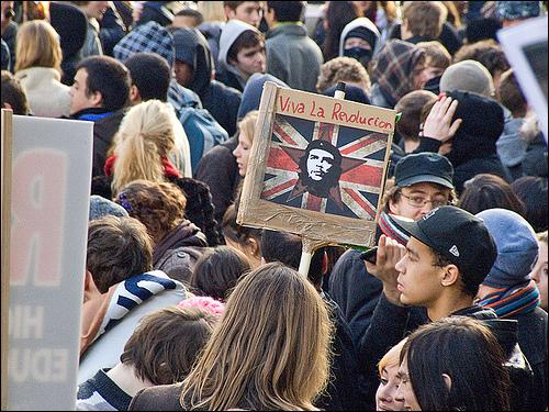 Pourquoi les étudiants britanniques ont-ils violemment manifesté ces dernières semaines ?