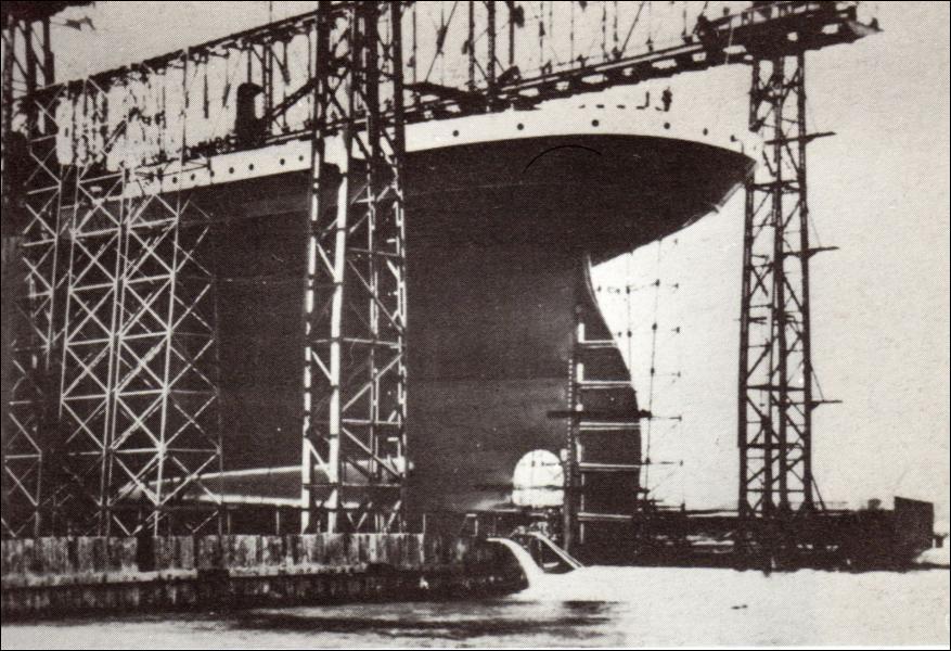 Le Titanic, le plus gigantesque paquebot jamais construit à l'époque, mesurait :