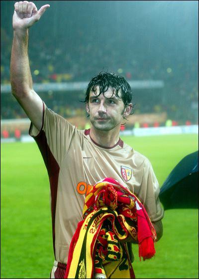 Vainqueur de la Coupe de la Ligue 1999, capitaine de l'équipe, on pense qu'il fait ses adieux au terrain en 2003, lorsqu'il reçoit une énorme ovation de Bollaert à la fin d'un :