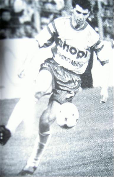 Jouant attaquant dans les équipes de jeunes, Sikora effectuera néanmoins toute sa carrière professionnelle au poste de :