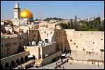 Quelle affirmation concernant la géographie de Jérusalem est exacte ?