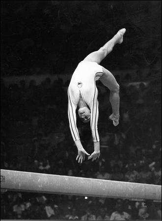 Quelle est cette gymnaste qui a obtenu un 10 aux Jeux Olympiques ?