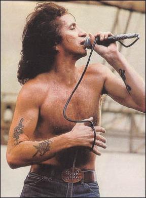 Ancien chanteur de AC/DC, il a marqué ce groupe. Est-il mort à 27 ans ?