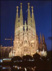 Dans quel pays se trouve la Sagrada Familia , une immense cathédrale de l'architecte Antoni Gaudi ?