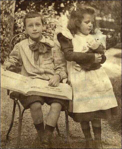 Qui est cet enfant (accompagné de sa petite soeur ? )