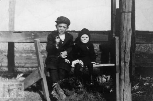 Qui est cet enfant (accompagné de son petit frère) ?