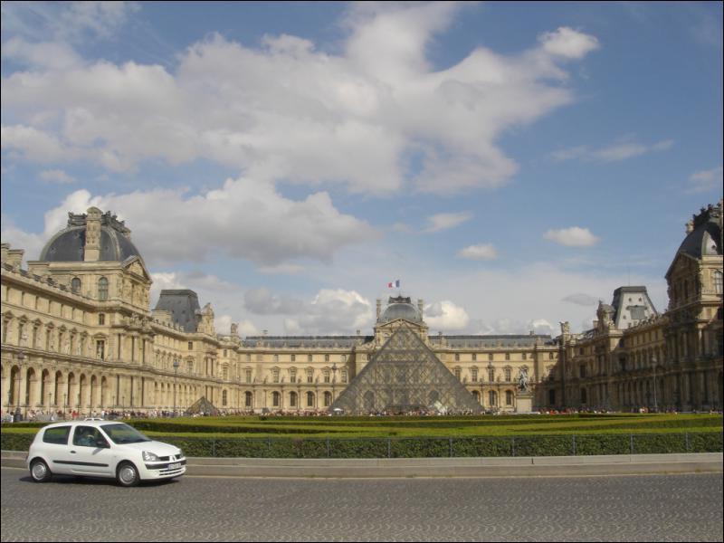 Quelle est la nationalité de l'architecte de la pyramide du Louvre ?