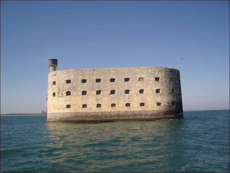 Quel fort situé en Charente-Maritime est le cadre d'un jeu télévisé ?