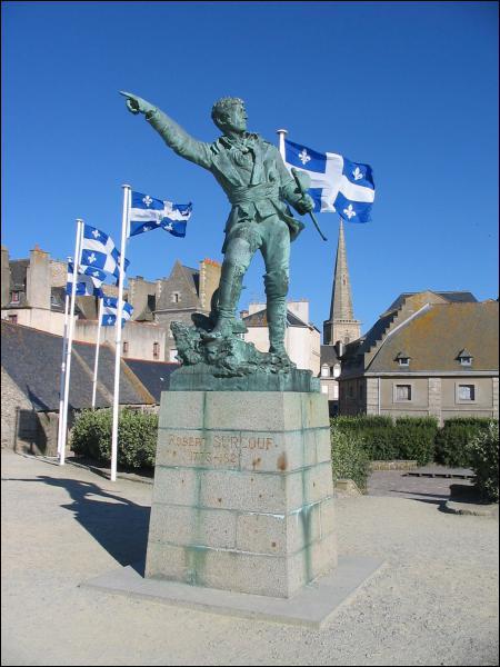 Sur les remparts de Saint-Malo on peut voir la statue du corsaire...