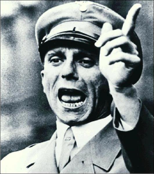 Il est ministre de la propagande en Allemagne nazie. A la chute du Reich, il se suicide avec sa femme et leurs 6 jeunes enfants.