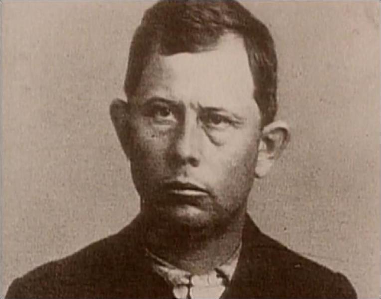 C'est l'aîné d'une bande de célèbres frères brigands. Il a été abattu en 1892 tandis qu'il braquait une banque.