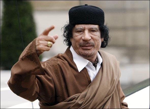 C'est le dictateur d'un pays pétrolier d'Afrique du Nord. Il a visité la France en décembre 2007.