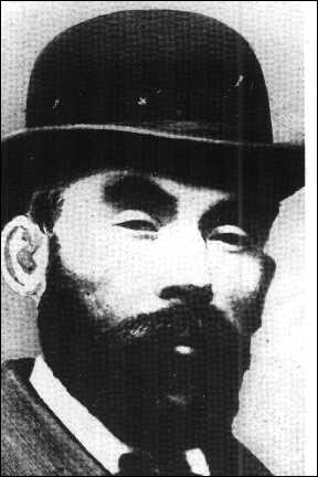 Il a été tueur en série, meurtrier d'au moins 11 femmes. Il découpait ses victimes et les enterrait, sauf les membres qu'il faisait brûler dans un four.