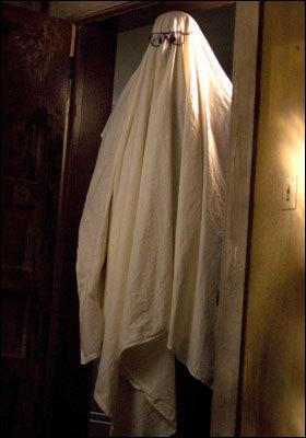 Qui ce cache derrière ce drap ?