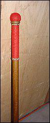 Comment s'appelle le bâton que l'on frappe à terre avant le début de la pièce ?