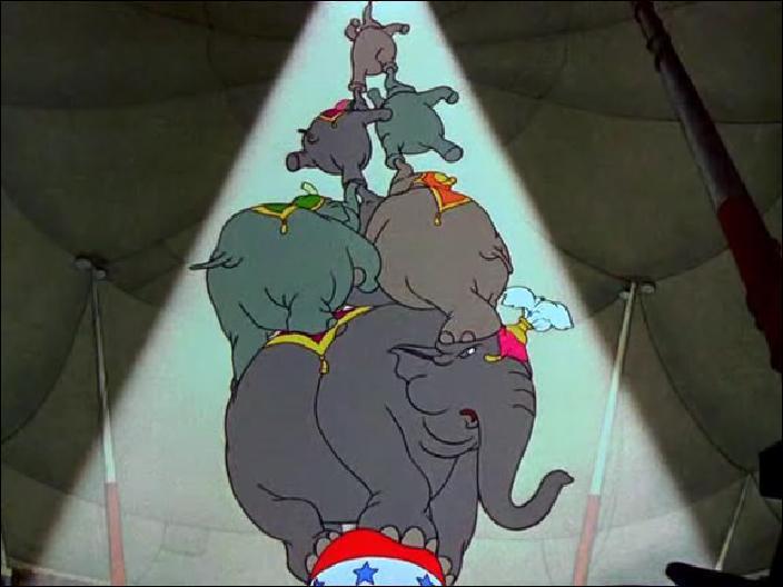Que doit normalement brandir Dumbo en haut de la pyramide d'éléphants ?