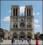 C'est une grande cathédrale, dont la légende parle de Quasimodo ou des gargouilles.