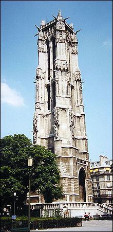 C'est une tour isolée, dressée au milieu du square qui porte son nom dans le 4e arrondissement de Paris.