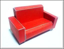 A côté du fauteuil, qu'est ce qu'il y a ?