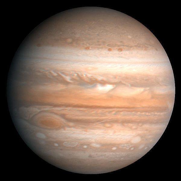 A quoi est due la tâche rouge visible sur Jupiter ?