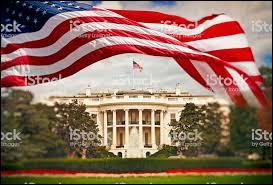 Le drapeau américain flotte sur la Maison Blanche. Quel président s'installa dans la résidence lors de son inauguration en 1800 ?