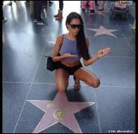 Nabilla s'est rendue sur le trottoir où se trouvent les étoiles des stars hollywoodiennes. Comment s'appelle cette célèbre  promenade  ?