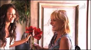 Dans l'épisode 4, Nabilla reçoit une visite surprise. A qui offre-t-elle des fleurs en cadeau de bienvenue ?