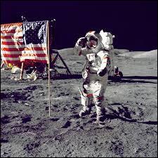 Qui est le premier astronaute à avoir planté le drapeau américain sur le sol lunaire le 21 juillet 1969 ?