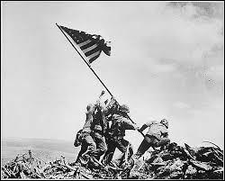 L'élevation du drapeau au sommet du mont Suribachi est la photo emblématique de la guerre du Pacifique contre les Japonais. Elle fut prise lors de quelle bataille en février 1945 ?