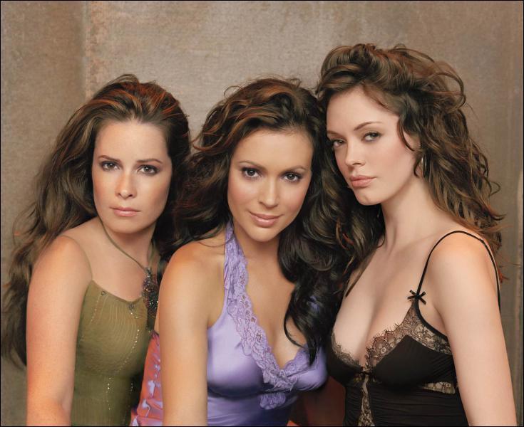 Sur la photo des 3 soeurs Halliwell, où se trouve Phoebe ?