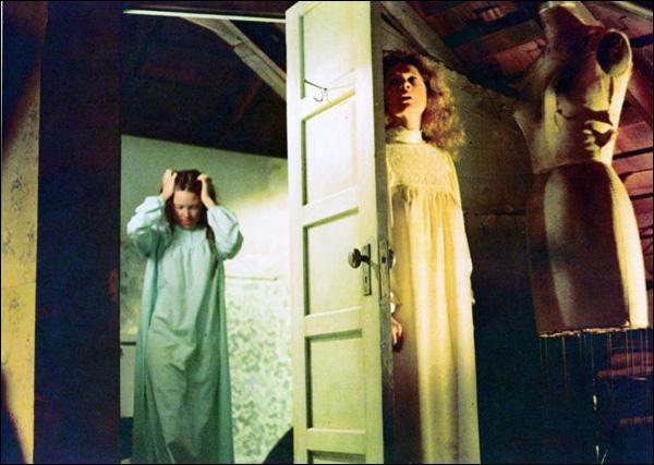 Contrairement au roman, comment Carrie tue-t-elle sa mère dans ce film ?
