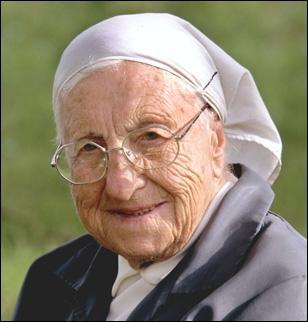 Au cours de sa vie longue et pieuse, elle a aidé beaucoup de malheureux, comme les enfants chiffonniers du Caire.