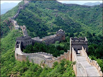 Comment s'appelle la plus grande muraille du monde, du fait de sa longueur de presque 8 852 km ?