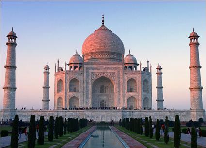 Le Taj Mahal, construit en mémoire de son épouse par l'empereur moghol Shâh Jahân, empereur :