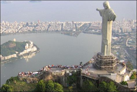 Le Christ Rédempteur est le nom donné à ce Christ qui domine le mont du Corcovado, à :