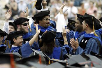 Comment appelle-t-on la politique obligeant les entreprises et les universités américaines à embaucher un quota de représentants des minorités ethniques ?