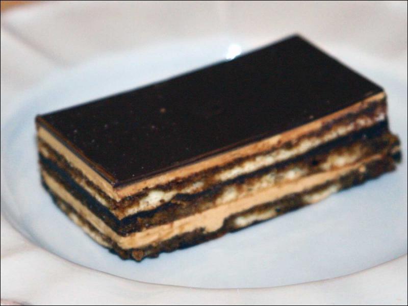 Quel est ce gâteau constitué d'une succession de biscuits Joconde imbibés d'un sirop au grand marnier ou au cointreau, de ganache et de crème au beurre, recouvert par un glaçage au chocolat ?