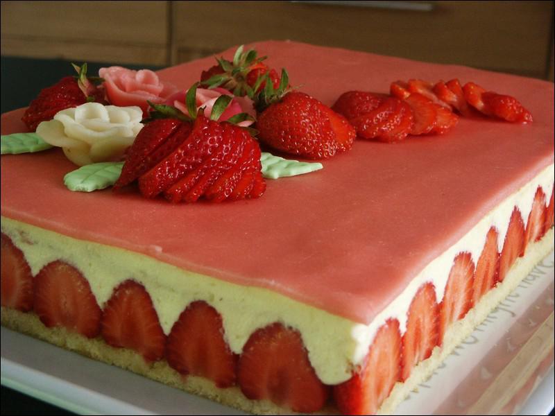 Quelle est cette pâtisserie à base de fraises, de génoise, de crème et souvent recouverte d'une mince couche de pâte d'amande ?