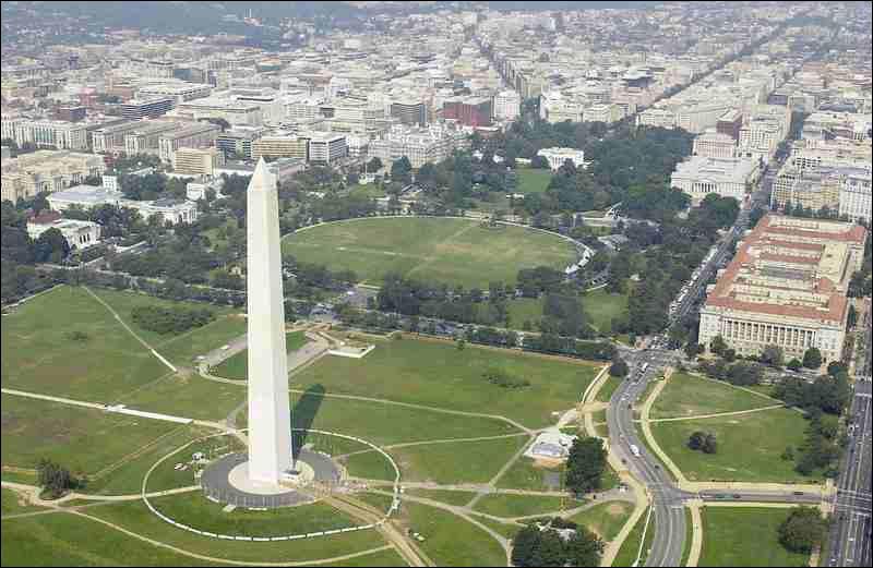 Washington, D. C. est la capitale fédérale des Etats-Unis. Que veulent dire les lettres D. C. qui accompagnent le plus souvent son nom ?