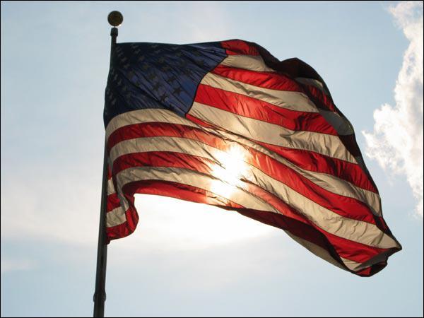 Le drapeau de Washington est composé de trois étoiles rouges au-dessus de deux bandes rouges, le tout sur fond :