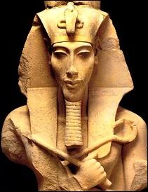 Femme d´Akhénaton, le pharaon rebelle Au musée de Berlin, admirez sa statue Ses effigies sauvées nous la montrent très belle Souviens-toi de son nom car la ''belle est venue'' !