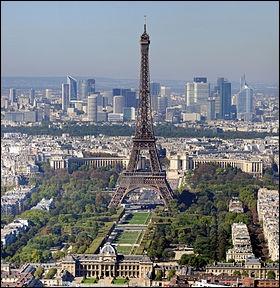 Patronne de Paris mais aussi des gendarmes Ell´ fit fuir les Huns et leur chef Attila Évitant à la ville, moult deuils, moult larmes Une gloire éternelle la sainte bâtit là !